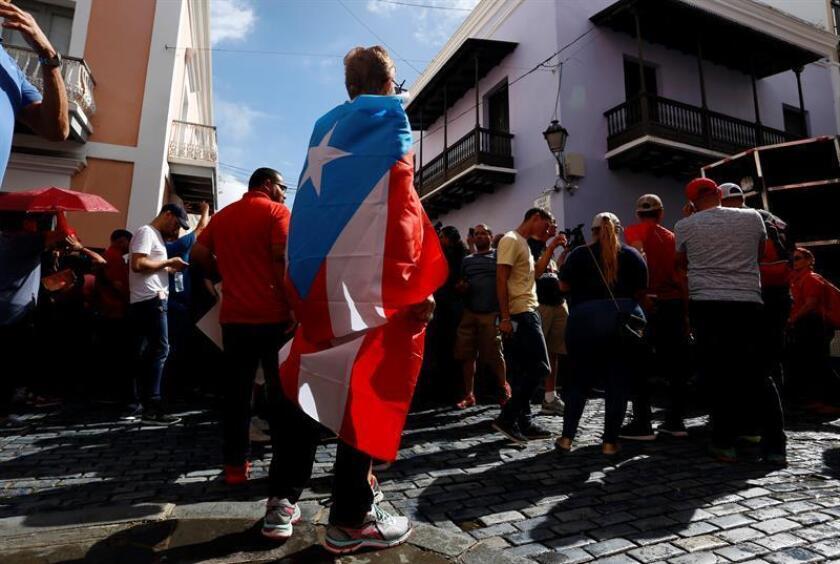 Residentes del barrio Saltos de Orocovis protestaron por la falta de luz en la zona, cuando se van a cumplir seis meses del paso del huracán María. EFE/Archivo
