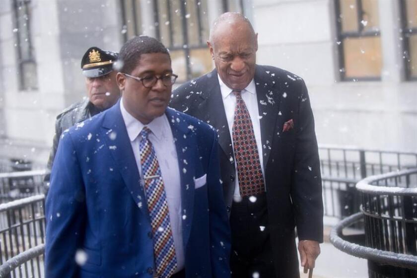 El actor estadounidense Bill Cosby (d), a su llegada al Palacio de Justicia del condado de Montgomeri, en Norristown, Pennsylvania (Estados Unidos) hoy, 2 de abril de 2018, durante el primer día del juicio por sus cargos sobre abusos sexuales en 2004. EFE