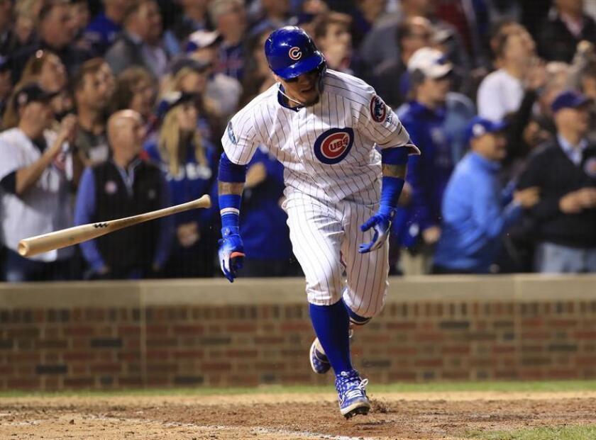 El campocorto de los Cachorros, el puertorriqueño Javier Baez (d), recorre las bases tras batear un doble durante la octava entrada del partido de béisbol Wild Card de Grandes Ligas de Béisbol (MLB) entre los Cachorros de Chicago y los Rockies de Colorado. EFE