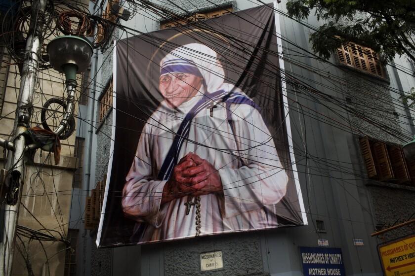 Una gran imagen de la Madre Teresas, ante la casa de las Misioneras de la Caridad en Calcuta, India, el sábado 3 de septiembre de 2016. (AP Foto/Bernat Armangue)