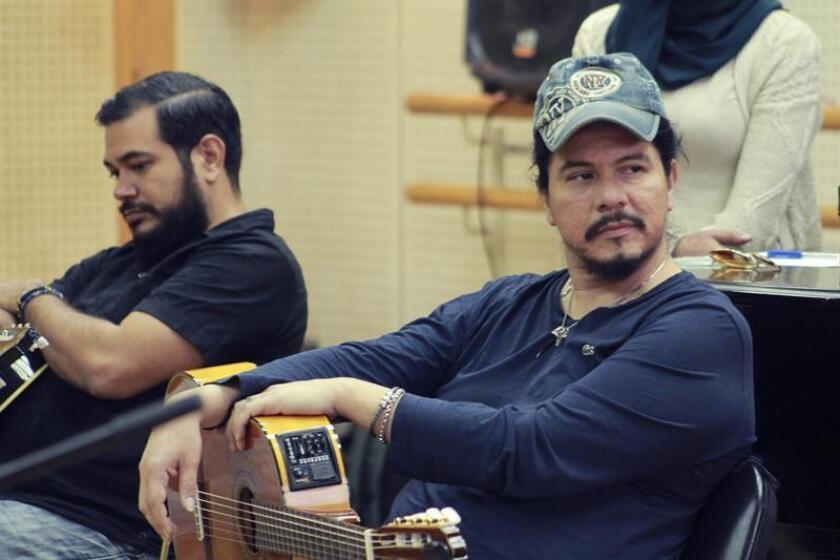 """El guitarrista mexicano, Paco Rentería, que actúa por primera vez en Egipto dentro de una gira por Oriente Medio, alega que hace """"música universal sin poner etiquetas de religión"""" y que transmite la """"libertad"""" en cada una de sus notas. EFE"""