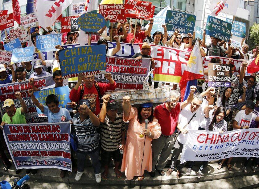 Varios manifestantes llevan pancartas durante una protesta para exigir a China que abandone los territorios que ambos países se disputan en el mar de China Meridional, en la ciudad de Makati, Manila, Filipinas, EFE/Francis R. Malasig