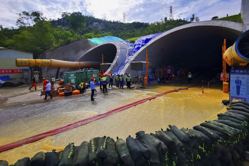 Rescatistas levantan barreras para bombear el agua de un túnel inundado en la ciudad de Zhuhai,