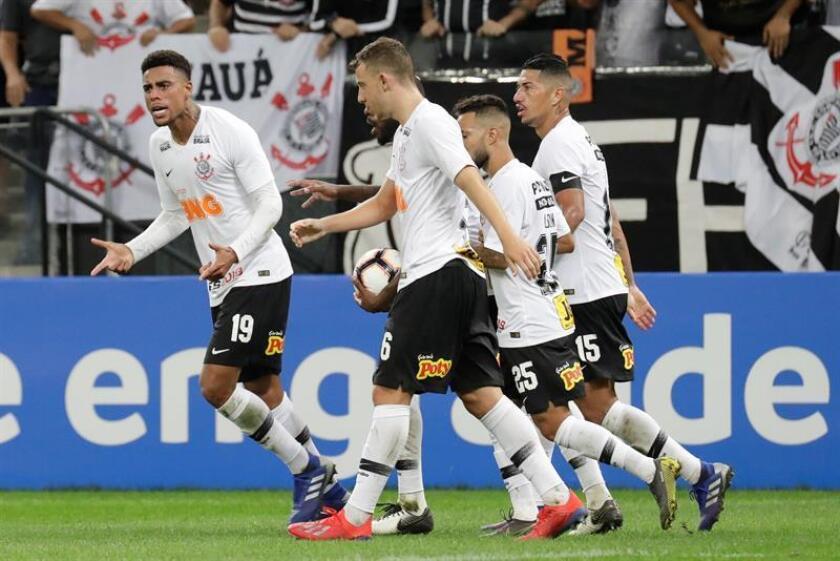 El jugador Gustavo (i) de Corinthians celebra su gol ante Racing Club este jueves, durante un partido por la Copa Sudamericana en el Arena Corinthians en Sao Paulo (Brasil). EFE