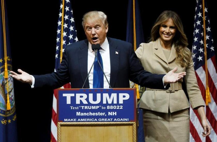 El precandidato presidencial republicano Donal Trump (i), acompañado de su esposa Melania (d), pronuncia un discurso durante un evento de campaña.