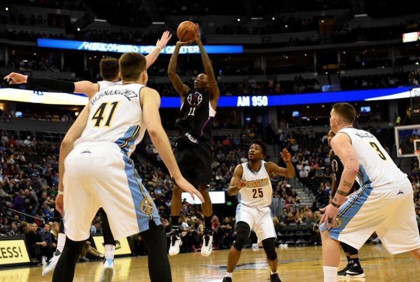 Jamal Crawford (c) de Los Ángeles este sábado 21 de enero de 2017, durante un juego de la NBA entre Nuggets de Denver y Clippers de Los Ángeles en Denver (CO, EE.UU.). EFE