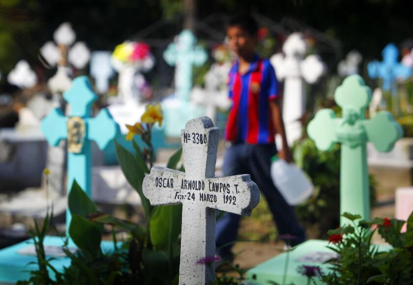 Con escobas, cubos de agua, comida, bebida y muchas, muchas flores, familias mexicanas enteras acuden hoy, lunes 2 de noviembre de 2015, a engalanar la sepultura de sus seres queridos, en un Día de Muertos marcado por la felicidad del recuerdo y la tristeza de la ausencia en Ciudad de México.
