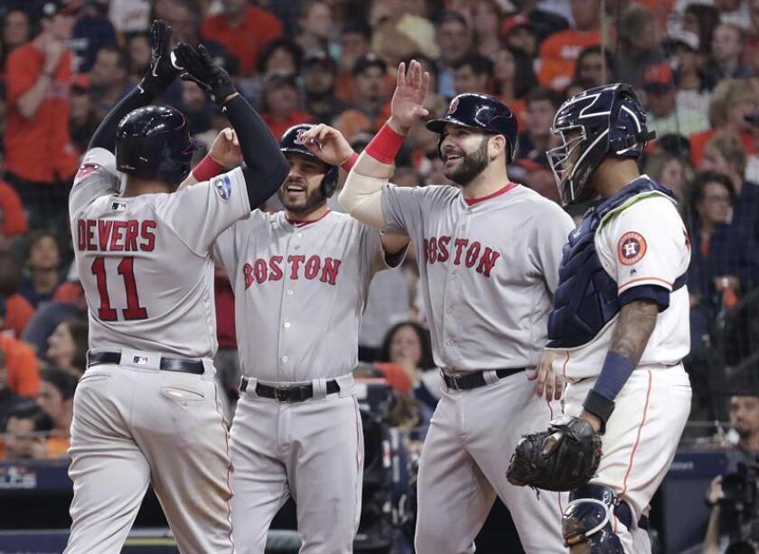 Rafael Devers (i) celebra con compañeros de los Medias Rojas hoy, jueves 18 de octubre de 2018, durante un juego de la MLB, entre los Astros de Houston y los Medias Rojas de Boston, en el Minute Maid Park de Houston (EE.UU.). EFE