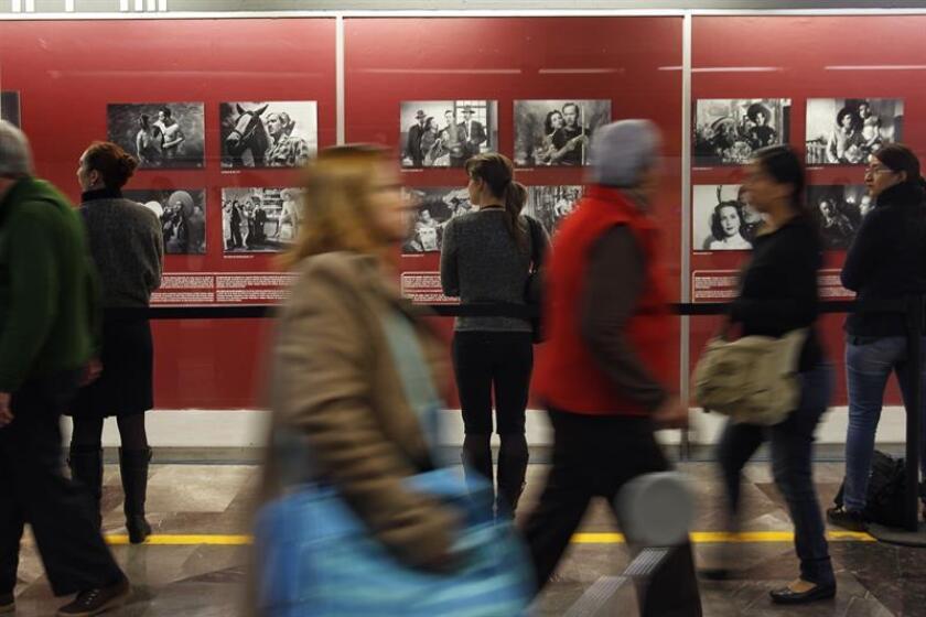 """Una visitante observa fotografías de la exposición """"Por Siempre Pedro Infante, el viernes 17 de noviembre de 2017, en la metrogalería de la estación Bellas Artes del Sistema de Transporte Colectivo Metro, en Ciudad de México (México). EFE/Archivo"""