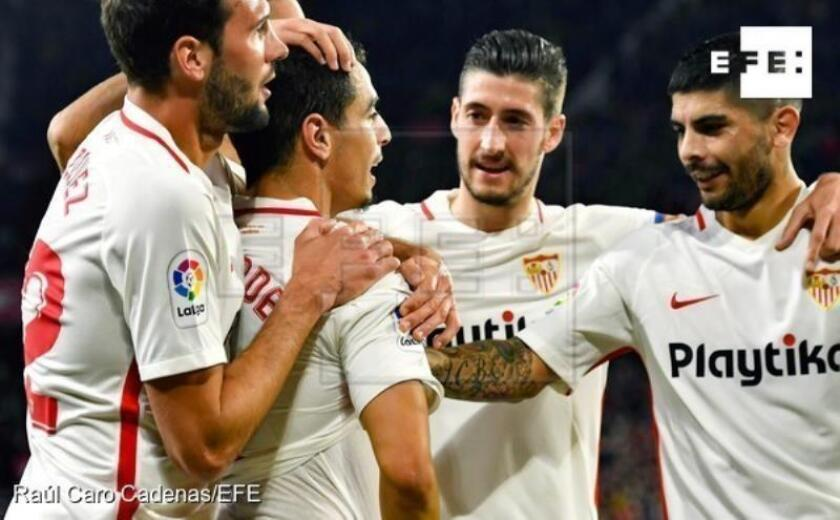 Los jugadores del Sevilla celebran el segundo gol del equipo andaluz durante el encuentro correspondiente a la ida de los cuartos de final de la Copa del Rey que disputan frente al FC Barcelona en el estadio Sánchez Pizjuán de Sevilla. EFE / Raúl Caro Cadenas.