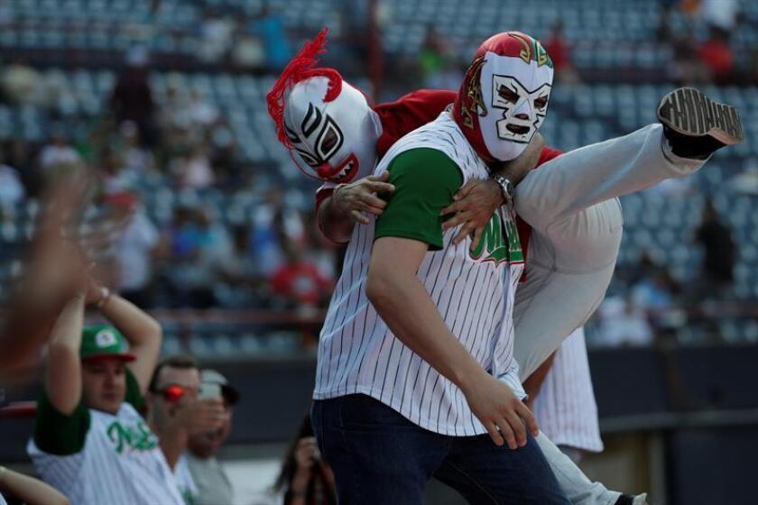 Fanáticos de México celebran este jueves, durante un partido de la Serie del Caribe entre Leñadores de la Tunas de Cuba y Charros de Jalisco de México en el estadio Nacional Rod Carew en Ciudad de Panamá (Panamá). EFE