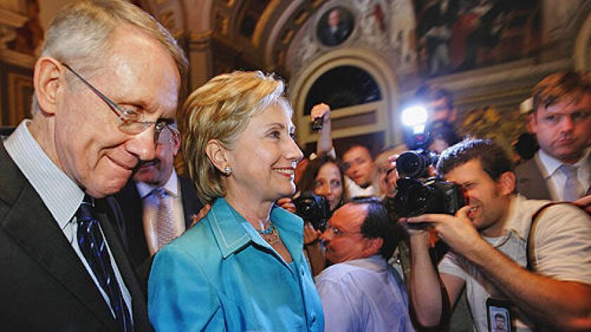 Foto de archivo. Harry Reid anunció su postura en una entrevista con la cadena CNN, y pidió a su partido unirse para apoyar a Clinton, quien se enfrenta en las elecciones primarias al senador independiente por Vermont, Bernie Sanders.