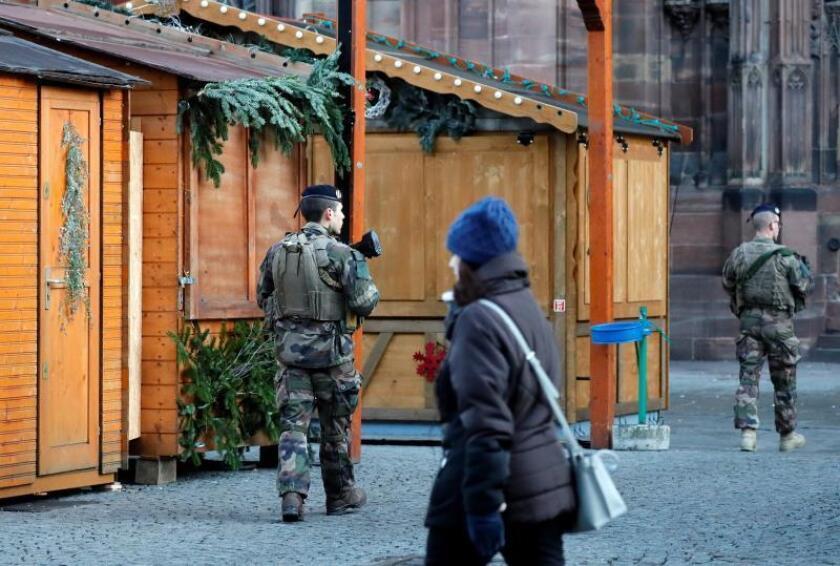 """Soldados de la llamada """"operación Sentinelle"""" montan guardia en el mercadillo navideño junto a la catedral de Notre-Dame de Estrasburgo (Francia) hoy. EFE"""
