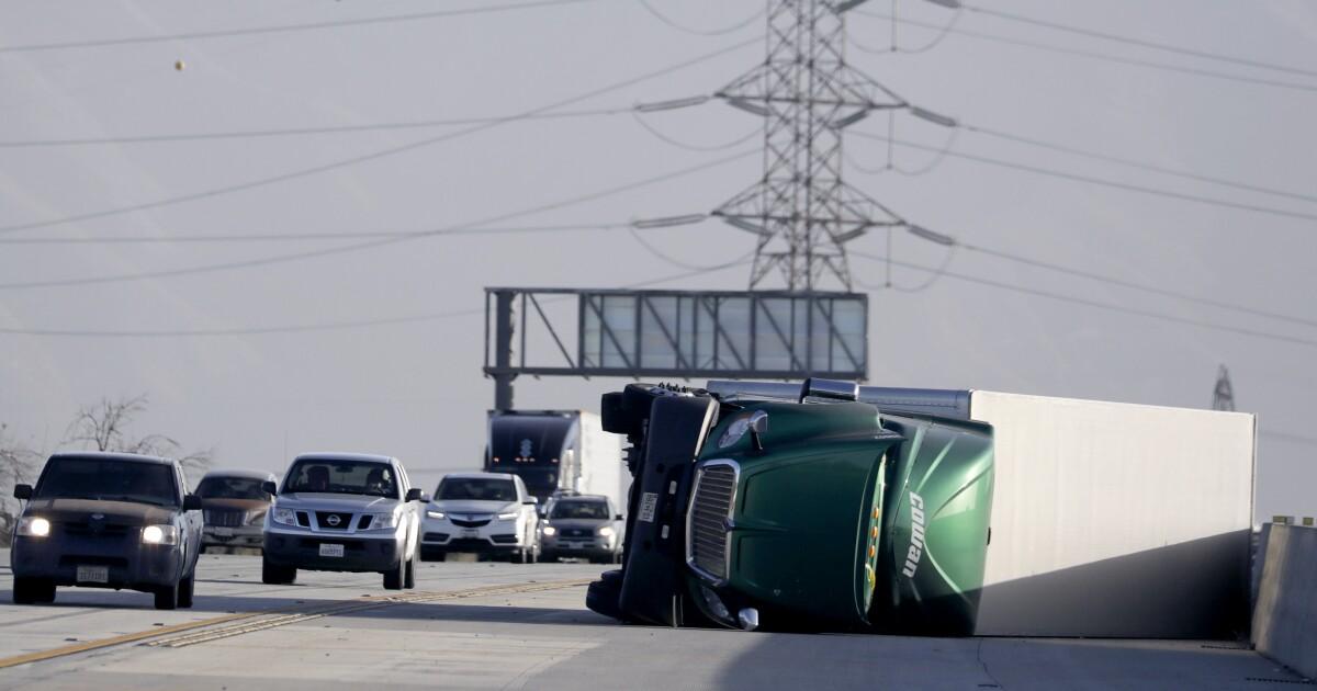 Starke Winde flip-LKWs wie Spielzeug, blow-down-Bäume im Südlichen Kalifornien
