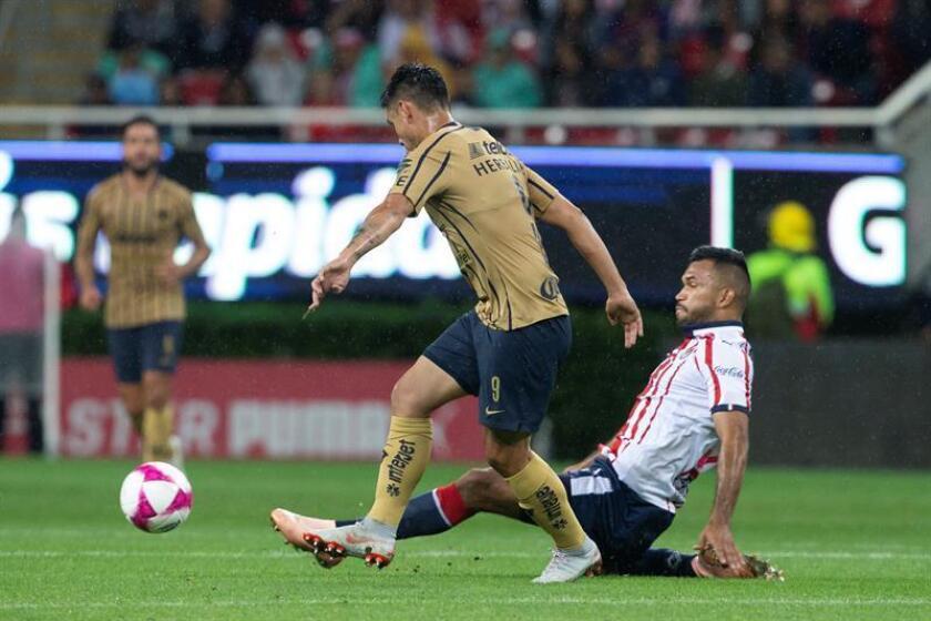 El jugador de Chivas Hedgardo Marín (d) disputa un balón ante Felipe Mora (i) de Pumas. EFE/Archivo