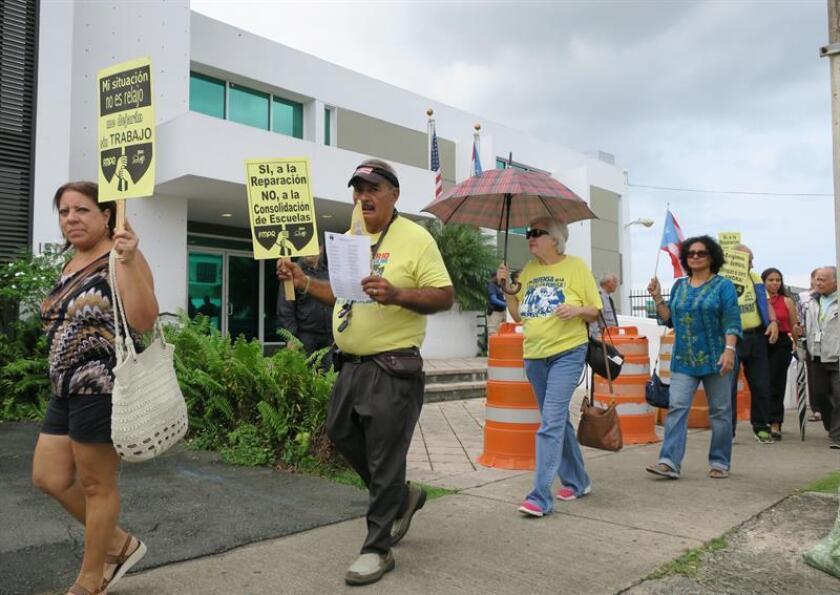 Maestros, padres y estudiantes se manifiestan frente a las oficinas del Departamento de Educación de Puerto Rico. EFE/Archivo
