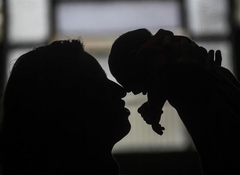 La mayor parte de los niños con microcefalia por la transmisión congénita del virus del zika afrontan graves discapacidades ya a los dos años, con problemas de visión y auditivos, trastornos motores y dificultades para dormir o comer, según un informe oficial divulgado hoy. EFE/ARCHIVO