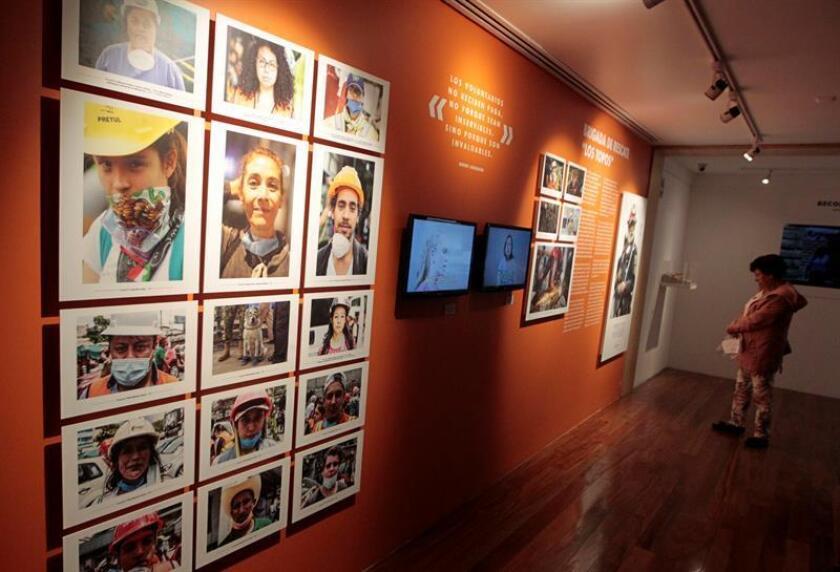 """Vista de varias fotografías de la exposición """"Sismos 1985/2017, de los escombros a la esperanza"""" hoy, jueves 30 de agosto de 2018, en Ciudad de México (México). EFE"""