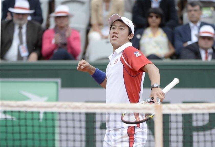 El japonés Kei Nishikori celebra su victoria en el partido que hoy ha disputado en París frente Benoit Paire. EFE