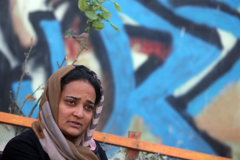 En esta imagen, Parisa Aimaq, reportera afgana de la televisora privada Khawar Television, durante una entrevista con Associated Press en el Comité de Seguridad de Periodistas Afganos en Kabul, Afganistán. Apenas horas después de capturar el mes pasado la ciudad norteña de Kunduz, combatientes talibanes fueron puerta por puerta buscando no sólo a personas acusadas de trabajar con las fuerzas de seguridad, sino a defensores de los derechos de las mujeres y periodistas.