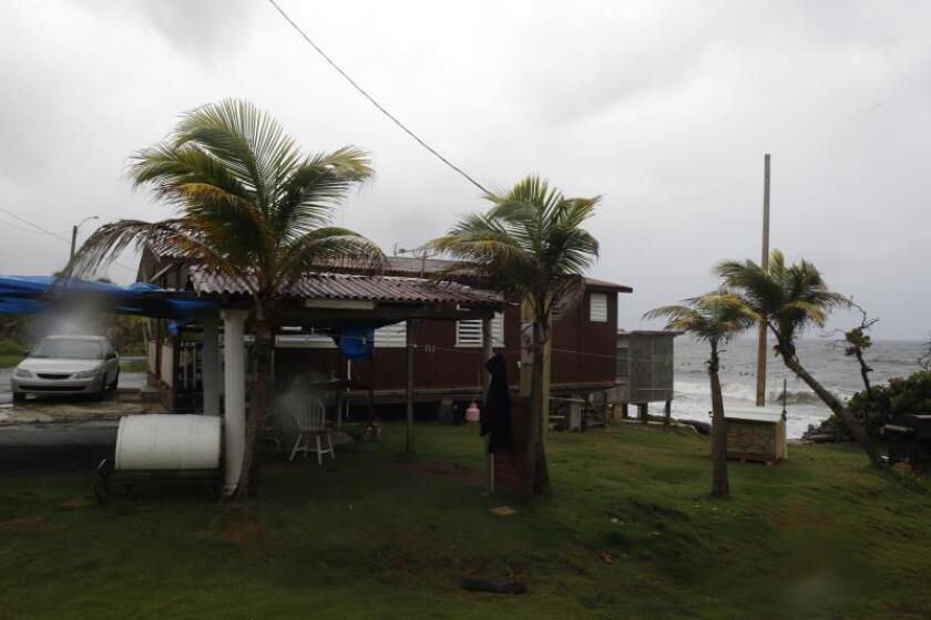 Vista este miércoles de una casa en El Negro en el municipio de Yabucoa, lugar por donde se esperaba la entrada del huracán Dorian a Puerto Rico. EFE/Thais Llorca