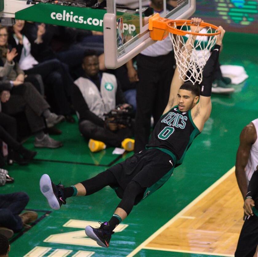 Jayson Tatum de Boston Celtics encesta durante un partido. EFE/Archivo