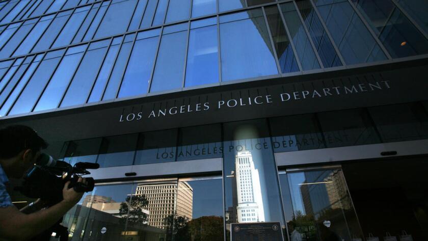 Dos policías de L.A. se enfrentan a cargos por agresión sexual repetida a cuatro mujeres.