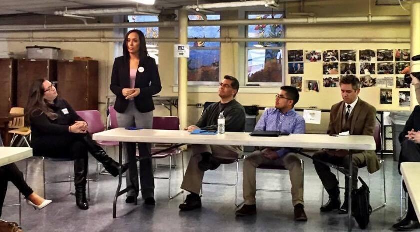 """Erika Andiola en acción. La joven migrante, de 28 años, aclaró que su trabajo con Bernie Sanders es """"una herramienta"""" dentro de la lucha migratoria que los """"soñadores"""" libran desde 2008. Foto de las redes sociales de Andiola."""