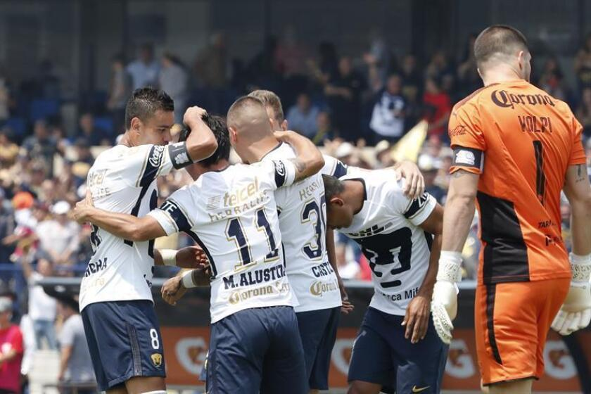 Jugadores de Pumas celebran después de anotar un gol ante Queretaro. EFE/Archivo