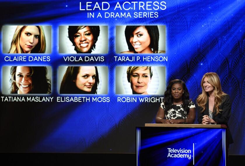 Uzo Aduba, a la izquierda, y Cat Deeley anuncian las nominadas al Premio Emmy a la mejor actriz en una serie de drama, el jueves 16 de julio del 2015 en West Hollywood, California. (Foto por Chris Pizzello/Invision/AP)