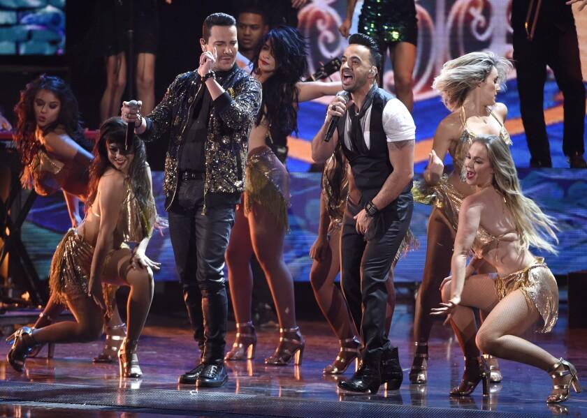 """Victor Manuelle, izq., y Luis Fonsi interpretan""""Despacito"""" durante el Latin Grammy realizado en el MGM Grand Garden Arena de Las Vegas."""