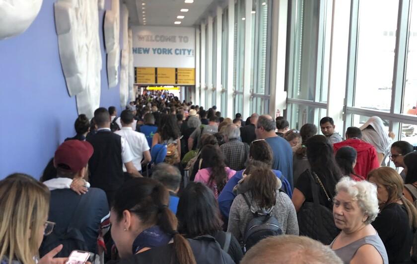 En esta fotografía proporcionada por Ninis Samuel, usuario de Twitter, los viajeros hacen largas filas en la aduana del Aeropuerto Internacional John F. Kennedy, el viernes 16 de agosto de 2019, en Nueva York, debido a una falla informática que afectó a las estaciones de la Oficina de Aduanas y Protección Fronteriza de Estados Unidos. (Ninis Samuel vía AP)