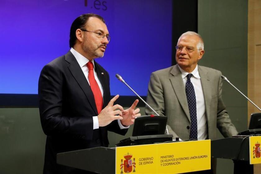 El ministro de Asuntos Exteriores, Josep Borrell (d), y el canciller de México, Luis Videgaray Caso (i), durante la rueda de prensa ofrecida al término del encuentro que han mantenido hoy en el Palacio de Viana. EFE