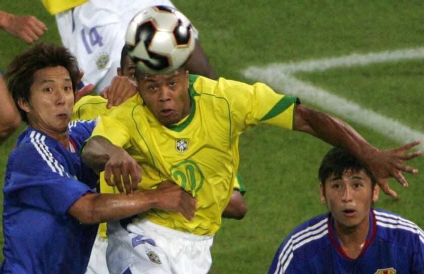 Brazilian midfielder Julio Baptista (C)