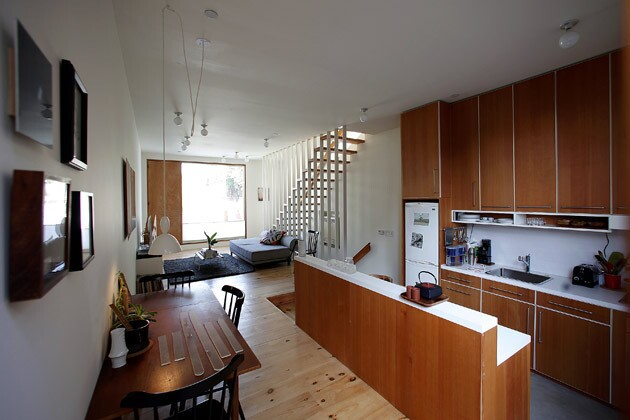 By Marissa Gluck Simon Story's new Echo Park, which is just 15 feet wide, house feels larger than it actually is, thanks to large windows, skylights and ceilings that rise nearly 11 feet high. For a full tour, keep clicking. ...