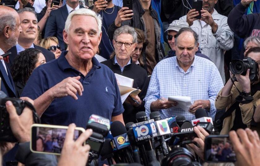 El asesor político republicano Roger Stone ofrece una rueda de prensa en el exterior del Tribunal Federal de Fort Lauderdale, este viernes en Florida (Estados Unidos). EFE