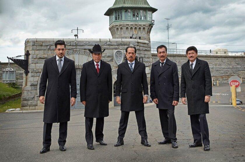 La popular agrupación mexicana posa frente al centro penitenciario donde grabó su nuevo álbum en vivo.