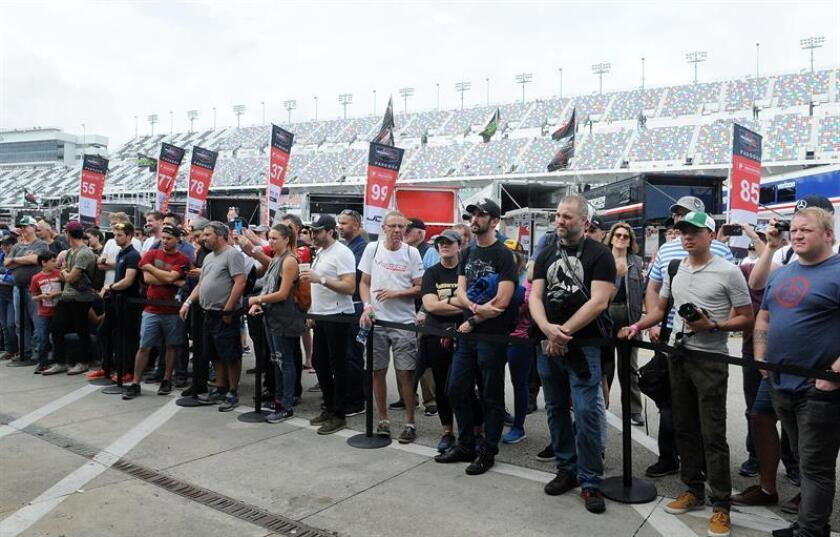 Fanáticos del automovilismo animan hoy, 28 de enero de 2018, durante la competencia Rolex 24 Horas, en la ciudad de Daytona Beach (Estados Unidos). EFE