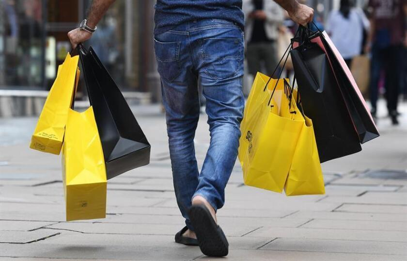 Ciudadanos realizan sus compras. EFE/Archivo