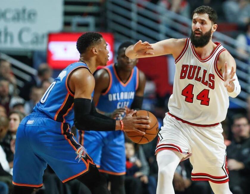 El delantero de Chicago Bulls Nikola Mirotic (d) durante un partido de la NBA. EFE/Archivo