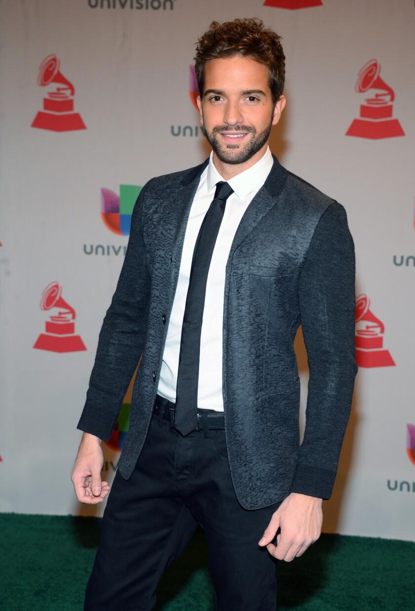 En esta foto del 20 de noviembre del 2014, Pablo Alborán llega a la ceremonia de los Latin Grammy en Las Vegas. El cantante español cantará en la próxima entrega anual de estos premios, el jueves 19 de noviembre del 2015. (Foto por Al Powers/Invision/AP, Archivo)