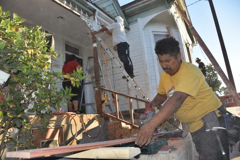 Vecinos agradecidos restauran gratis casa centenaria en Los Ángeles
