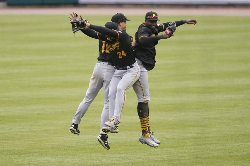 Los jardineros de los Piratas de Pittsburgh Bryan Reynolds, Phillip Evans y Gregory Polanco celebran el triunfo ante los Tigres de Detroit el jueves 22 de abril del 2021. (AP Photo/Carlos Osorio)