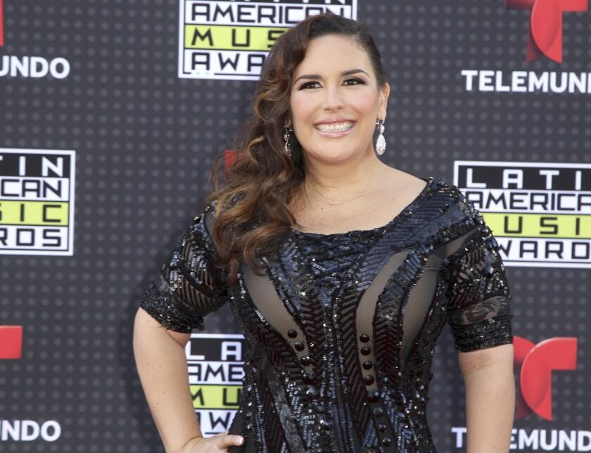 ARCHIVO - Angélica Vale llega a la ceremonia de los Latin American Music Awards el 8 de octubre de 2015 en Los Ángeles.