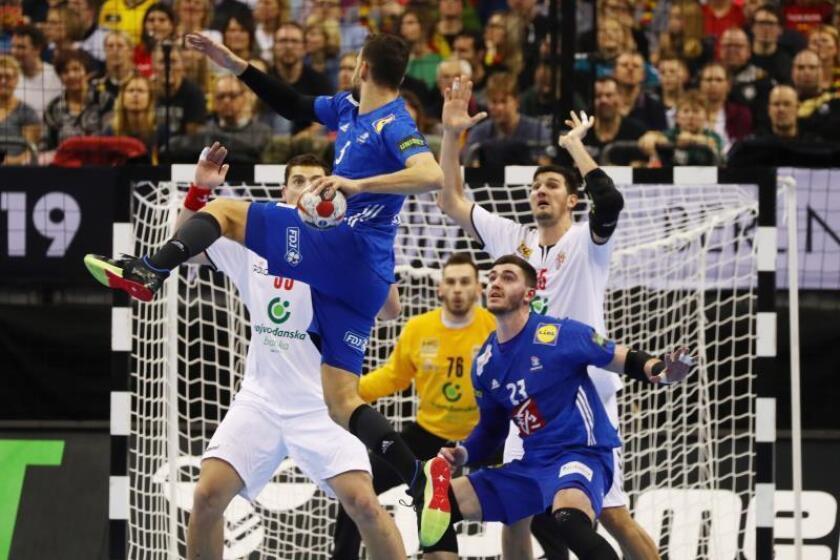 El francés Nedim Remili (2I) en acción durante el Mundial de balonmano. EFE/EPA