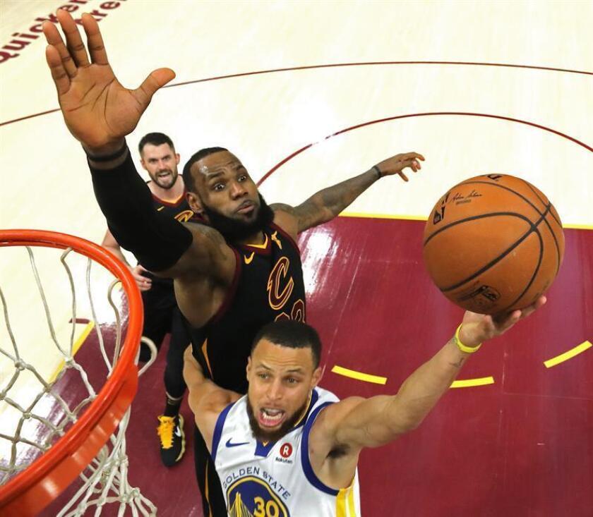 Stephen Curry (c) de Golden State Warriors tira a canasta ante la defensa de LeBron James (i) de Cleveland Cavaliers, hoy, miércoles 6 de junio de 2018, durante el tercer juego de las finales de la NBA, en el Quicken Loans Arena de Cleveland, Ohio (EE.UU.). EFE