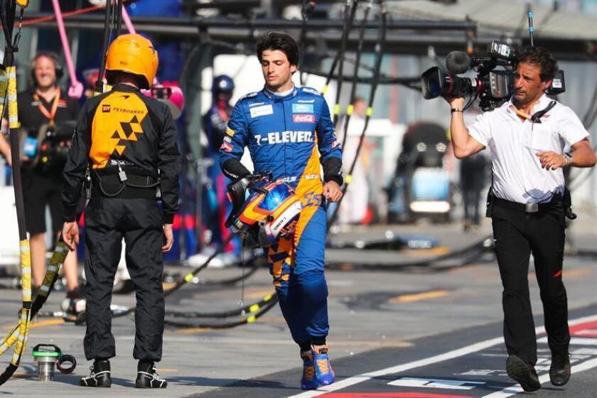 El piloto español Carlos Sainz (McLaren) tuvo que abandonar el Gran Premio de Australia en la undécima vuelta por la rotura del motor de su monoplaza, que comenzó a echar humo y le obligó a detener el vehículo en la entrada a los garajes, cuando iba decimocuarto. EFE/Archivo