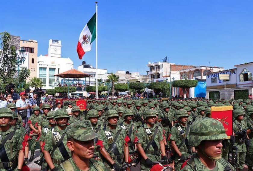 Miembros del ejercito mexicano participan en la inauguración de una base militar en el municipio de Teloloapan hoy, viernes 5 de octubre de 2018, en el sureño estado de Guerrero (México). EFE