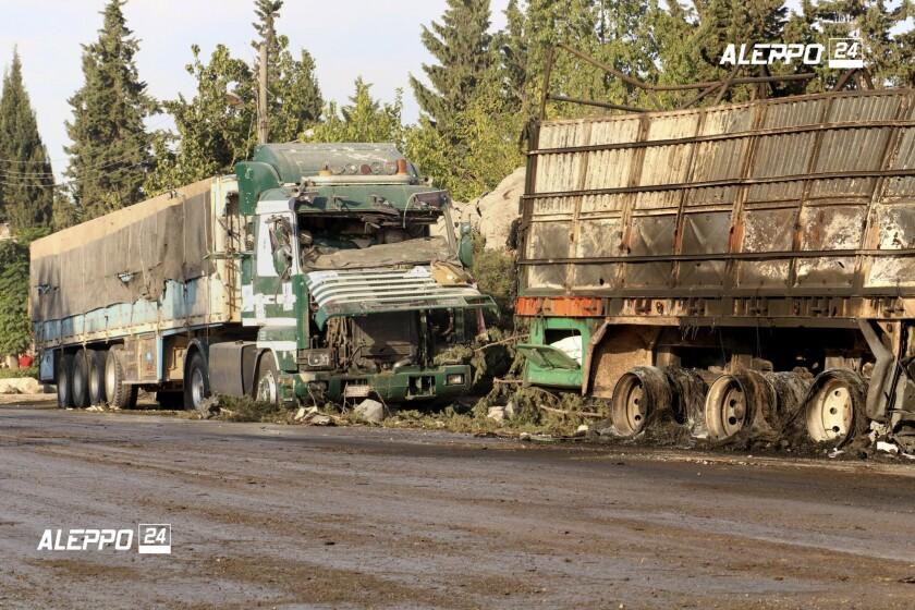 Imagen propocionada por el grupo Aleppo 24 news, contrario al gobierno sirio, muestra camiones dañados que transportaban ayuda humanitaria, el martes 20 de septiembre de 2016, en Alepo, Siria. La caravana de asistencia fue alcanzada por ataques aéreos el lunes mientras las fuerzas militares sirias declaraban que un cese al fuego negociado por Estados Unidos y Rusia había fracasado, y la ONU reportaba muchos muertos y heridos graves. (Aleppo 24 news vía AP)