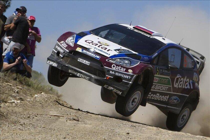 El piloto ruso Evgeny Novikov, conduce su Ford Fiesta RS durante una etapa del Rally Acrópolis, sexta prueba puntuable del Campeonato del Mundo de Rallys, en Loutraki, Grecia, el 31 de mayo de 2013. EFE